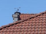 korouhvička na hřebenu střechy