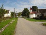 Haškovcova Lhota - obec - náves s kapličkou
