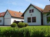 Cena - pohled na dům z návsi