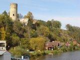 Údolím Lužnice do Dobronic - zřícenina hradu s domky v podhradí v Dobronicích